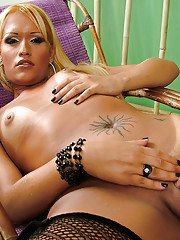 Solo Latina tranny Michelly Ferraz showing off tattoos in mesh stockings